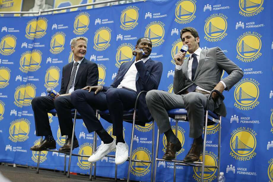 Kevin Durant, flanked by Steve Kerr and Bob Myers, showed up for his introduction to the media wearing plain white sneakers. Photo: Lea Suzuki, The Chronicle