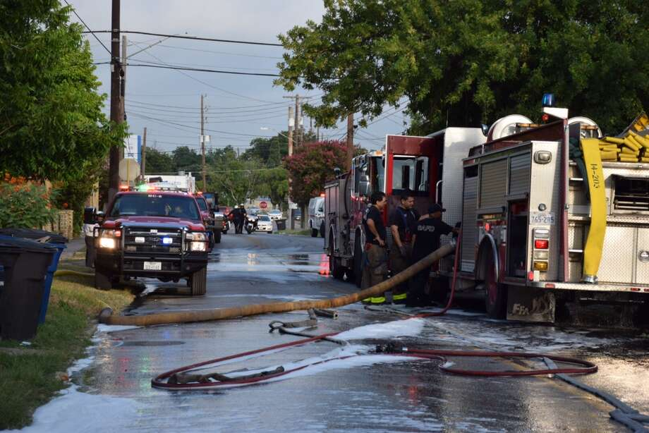 San Antonio firefighters respond to the scene of a fire Friday morning, July 8, 2016. Photo: Mark D. Wilson/San Antonio Express-News