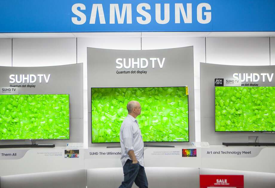 Even viewers who have canceled cable or satellite TV subscriptions may want the latest in screen technology, like these at Best Buy in San Francisco, to watch shows that they get through online services. Photo: Michael Noble Jr., The Chronicle