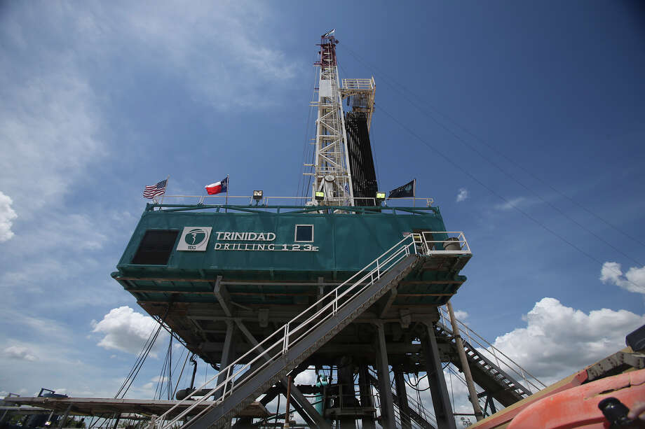 Rigs targeting crude in the U.S. rose a fifth consecutive week, up seven to 425, Baker Hughes Inc. said on its website Friday. Explorers have added 109 rigs since the end of May. Photo: John Davenport /San Antonio Express-News / ©San Antonio Express-News/John Davenport