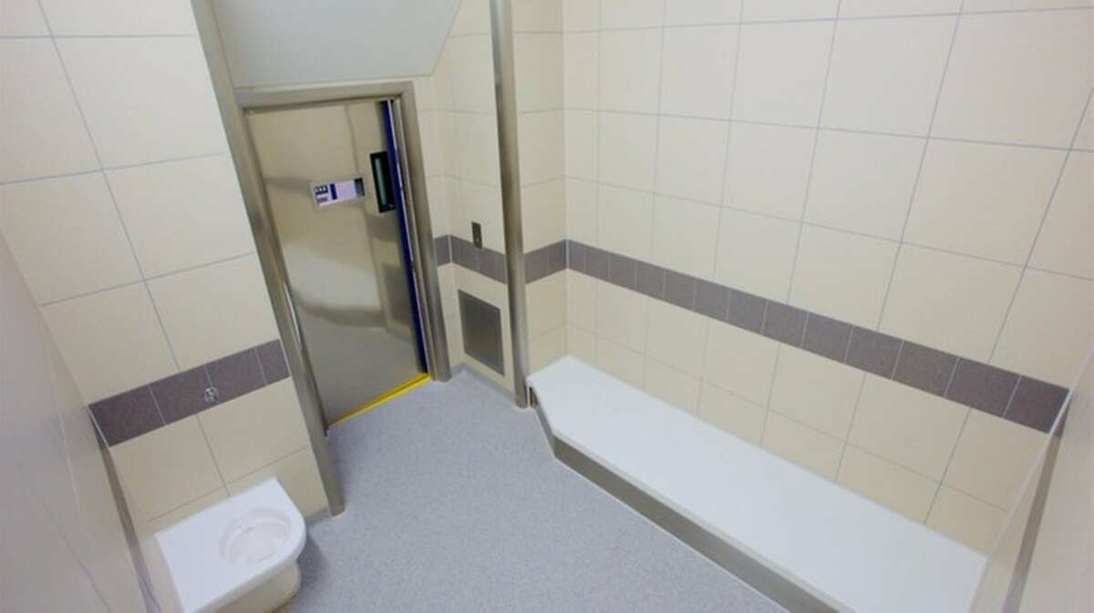 An inmate has written a positive Trip Advisor-style review of the Perry Barr jail station in Birmingham, England.