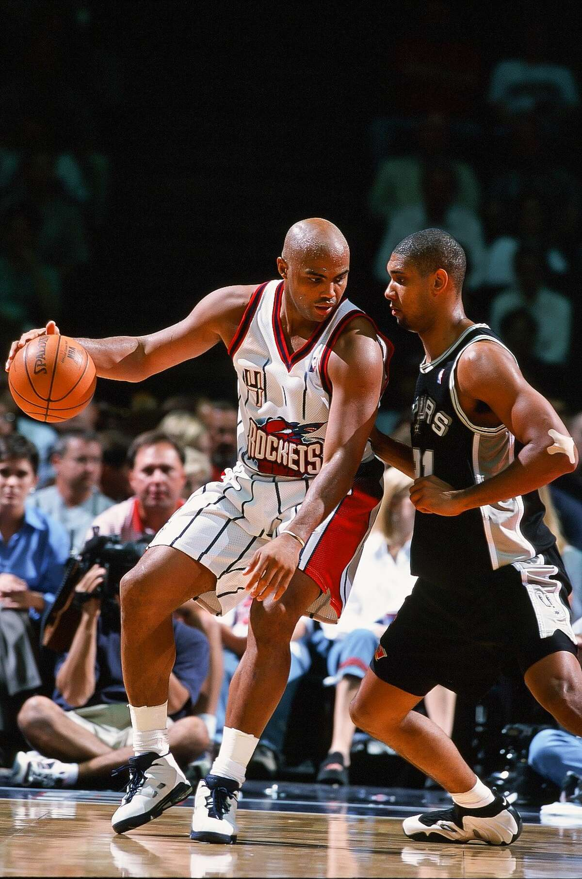 March 2, 1999: 23 points, 14 rebounds In the Spurs' first championship season, Duncan more than held his own against the Rockets' Charles Barkley and Hakeem Olajuwon. In this 99-82 Spurs win, Duncan had 23 points, 14 rebounds and five blocks. Barkley and Olajuwon had 16 and 12 points, respectively.