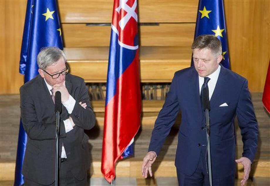 En la imagen, el primer ministro eslovaco, Robert Fico, a la derecha, habla durante una reunión informal con el presidente de la comisión europea, Jean-Claude Juncker, a la izquierda, antes de una cena ofrecida por Robert Fico en el castillo de Bratislava, Eslovaquia, el jueves 30 de junio de 2016. (AP Foto/Bundas Engler) Photo: Bundas Engler