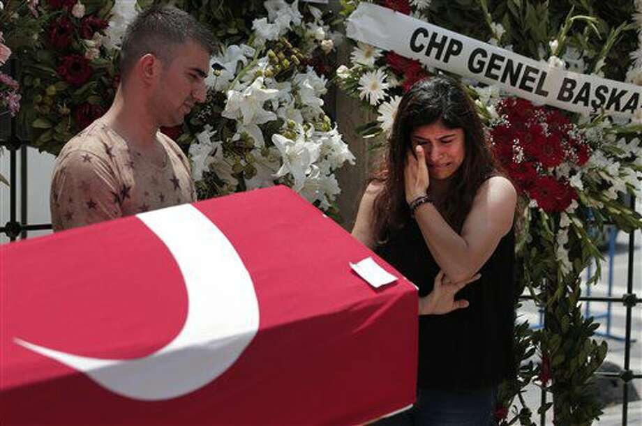 Una familiar de Habibullah Sefer, una de las víctimas fallecidas por el atentado del martes contra el aeropuerto de Atarkuk, en Estambul, llora junto al ataúd durante su funeral en Estambul, el 30 de junio de 2016. (AP Foto/Lefteris Pitarakis) Photo: Lefteris Pitarakis