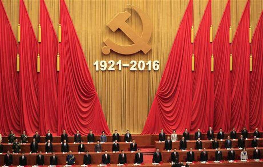 El presidente de China, Xi Jinping, décimo por la izquierda en la primera fila, ofrece su discurso durante una ceremonia de cleebración para conmemorar el 95to aniversario de la fundación del Partido Comunista Chino, en el Gran Salón del Pueblo en Beijing, el viernes 1 de julio de 2016. (How Hwee Young/Pool Foto via AP) Photo: How Hwee Young