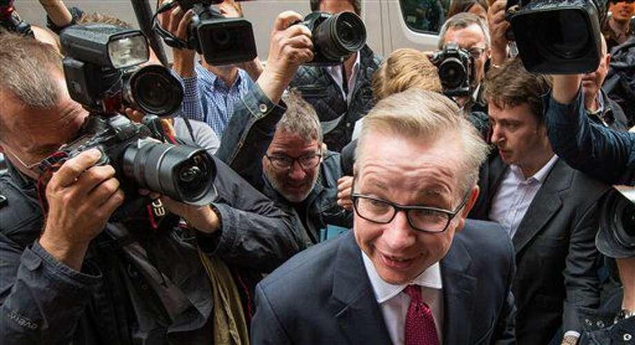 La prensa roda a Michael Gove a su llegada al Policy Exchange en Londres en donde anunciará su candidatura para el liderazgo del Partido Conservador de Gran Bretaña el viernes 1 de julio de 2016. (Stefan Rousseau/PA vía AP) Photo: Stefan Rousseau