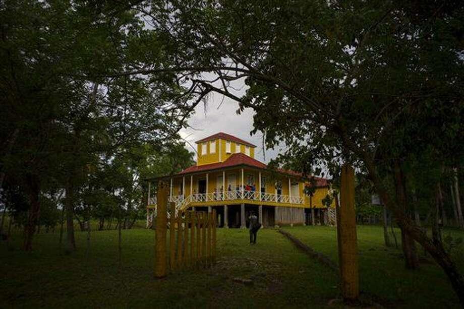 En esta imagen del 10 de junio de 2016, la casa convertida en museo donde crecieron FIdel y Raúl Castro en Birán, Cuba. La familia plantaba caña de azúcar, explotaba madera y criaba ganado en la fértil provincia de Holguín, en el este de Cuba. (AP Foto/Ramon Espinosa) Photo: Ramon Espinosa