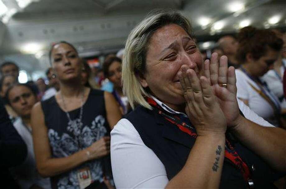 Familiares, colegas y amigos de las víctimas de las explosiones del martes en el aeropuerto de Estambul se reúnen para una ceremonia de recordación, Aeropuerto Ataturk, jueves 30 de junio de 2016. (AP Foto/Emrah Gurel) Photo: Emrah Gurel