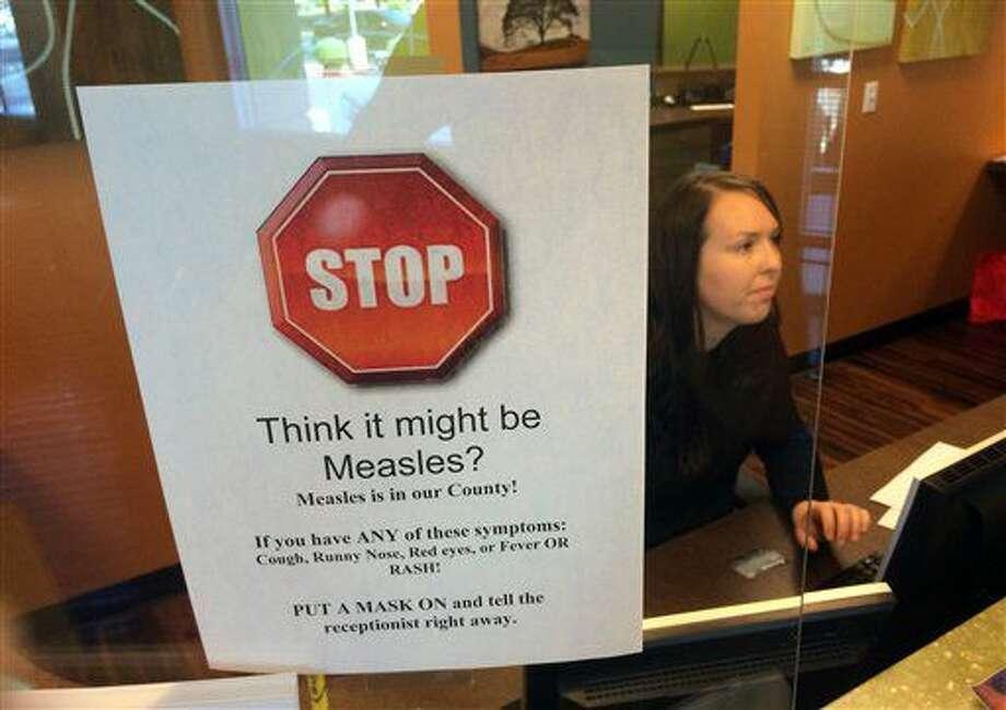 ARCHIVO - En esta fotografía de archivo del 7 de febrero de 2015, un letrero advierte de los peligros del sarampión en la recepción del consultorio de un pediatra en Scottsdale, Arizona, el sábado 7 de febrero de 2015. El brote de sarampión en Arizona, el más grande actualmente en Estados Unidos, se debe en parte a que algunos trabajadores de un centro de detención migratoria se rehúsan a vacunarse, afirmaron funcionarios de salud del estado, el jueves 7 de julio de 2016. (AP Foto/Tom Stathis, archivo) Photo: Tom Stathis