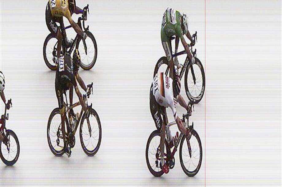 En imagen del final de fotografía proporcionada por A.S.O. el lunes 4 de julio de 2016, el británico Mark Cavendish, arriba a la derecha, cruza la meta ligeramente adelante del segundo lugar, el alemán Andre Greipel, seguidos por el francés Brian Coquard, abajo a la izquierda, y el cuarto lugar Peter Sagan, de Eslovaquia, para adjudicarse la tercera etapa del Tour de Francia en Angers, Francia. (A.S.O. via AP) Photo: A.S.O.