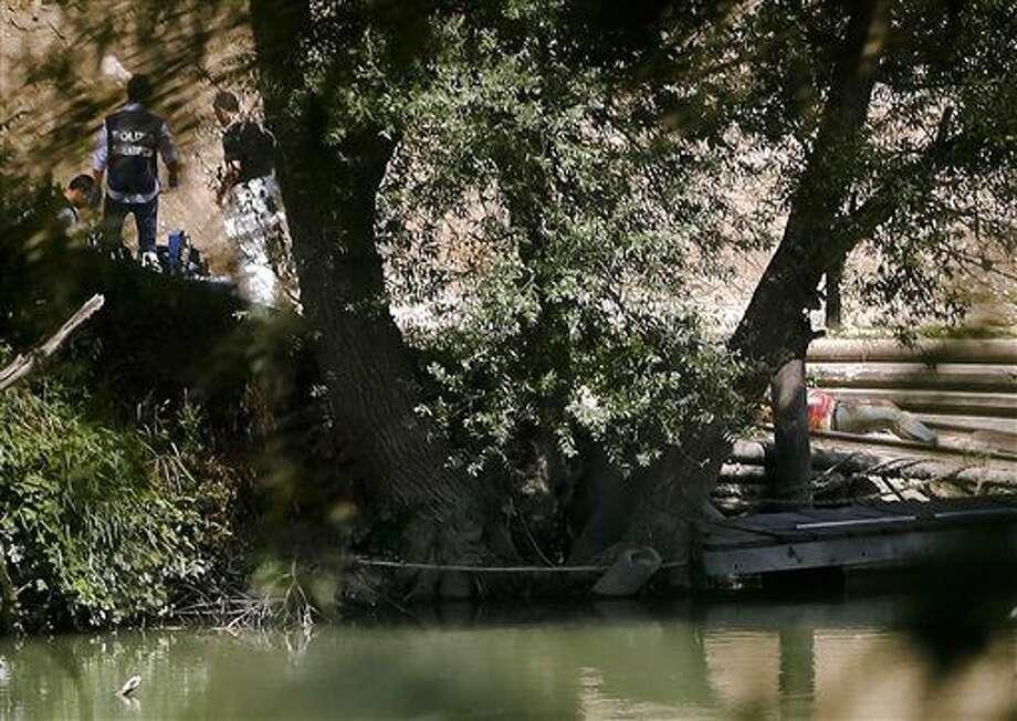 El cadáver de un joven, derecha, yace en la orilla del rio Tíber en Roma, el lunes 4 de julio del 2016. Las autoridades dijeron el lunes que están investigando la desaparición de un estudiante de Wisconsin en Roma, un día después de que llegó a la capital italiana. La policía reportó el hallazgo del cadáver pero recalcó que no lo había identificado. (Foto AP ) Photo: Uncredited