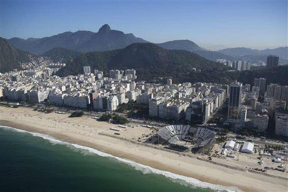 Las instalaciones para el voleibol de playa olímpico siguen en construcción en la playa de Copacabana en Río de Janeiro, Brasil, el martes 5 de julio de 2016. La Interpol anunció que colaborará con el dispositivo de seguridad que se montará durante la celebración de los Juegos Olímpicos de Rio de Janeiro en agosto, tras advertir que se trata de una justa que podría atraer a las redes de la delincuencia organizada, el jueves 7 de julio de 2016. (AP Foto/Felipe Dana) Photo: Felipe Dana