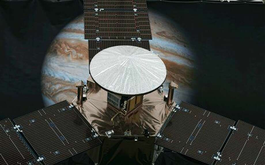 Un modelo de escala 1/4 de la nave espacial a energía solar Juno, de la NASA, aparece en el Jet Propulsion Laboratory, en Pasadena, California, el viernes 1 de julio del 2016. Una nave a energía solar está girando hacia Júpiter para tener el encuentro más cercano con el planeta más grande de nuestro sistema solar. La nave Juno de NASA lanzará el lunes 4 de julio del 2016 su principal cohete motorizado para que luego reduzca su velocidad, de 250.000 kph (150.000 mph), y entre en la órbita de Júpiter. Con Juno en autopiloto, el movimiento cuidadosamente coreografiado ocurre sin la ayuda ningún control de mando en tierra. (Foto AP /Richard Vogel) Photo: Richard Vogel