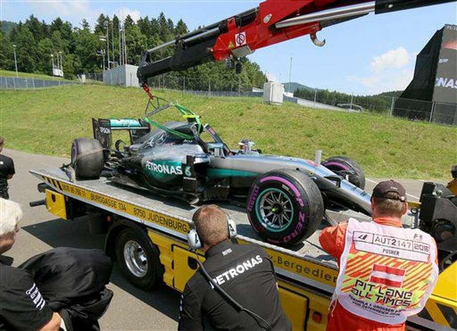 El Mercedes del piloto alemán Nico Rosberg regresa a taller tras un accidente en la tercera sesión de entrenamientos antes del Gran Premio de Fórmula 1, en el circuito Red Bull de Spielberg, en el sur de Austria, el sábado 2 de julio de 2016. (AP Foto/Ronald Zak) Photo: Ronald Zak