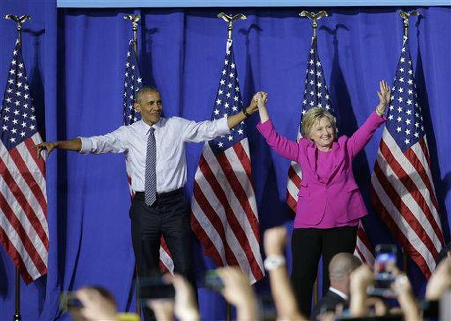 El presidente Barack Obama y la precandidata demócrata a la presidencia Hillary Clinton saludan a la multitud durante un acto de campaña en Charlotte, North Carolina, el martes 5 de julio de 2016. (AP Foto/Chuck Burton) Photo: Chuck Burton
