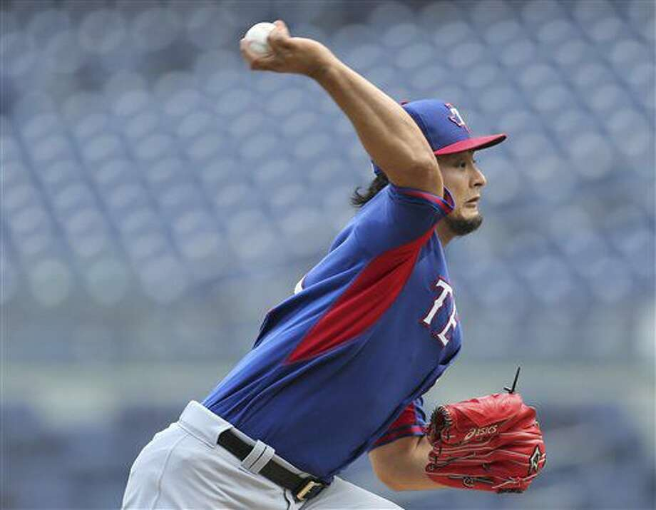 Yu Darvish, de los Rangers de Texas, lanza en un partido simulado en Yankee Stadium en Nueva York el miércoles 29 de junio de 2016. (AP Foto/Seth Wenig) Photo: Seth Wenig
