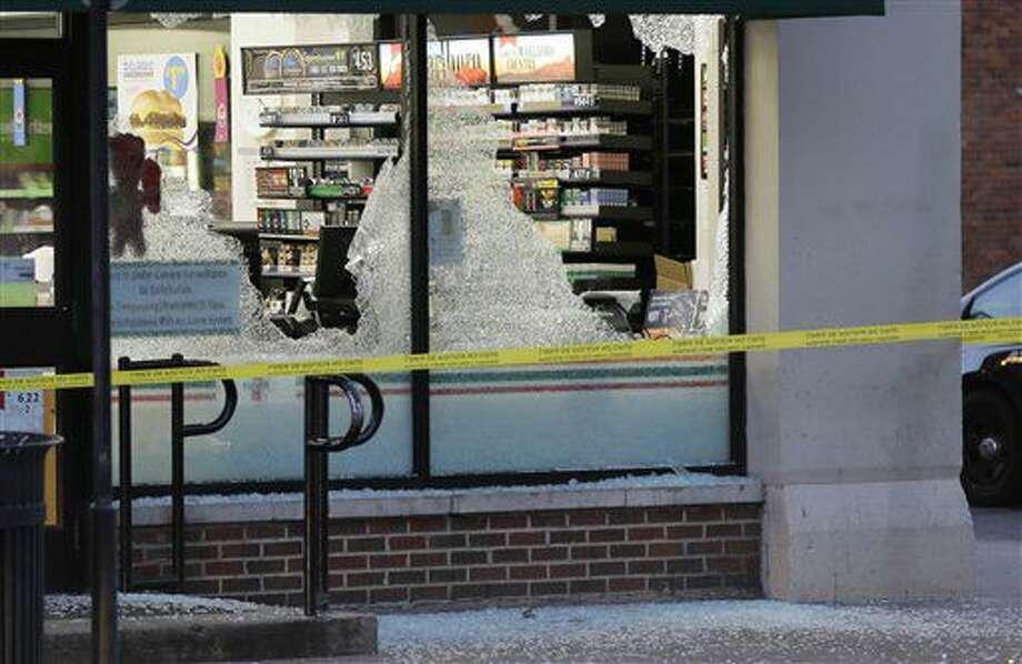 La policía acordona la zona en donde hubo un tiroteo en el centro de Dallas el viernes 8 de julio de 2016. (AP Foto/LM Otero) Photo: LM Otero