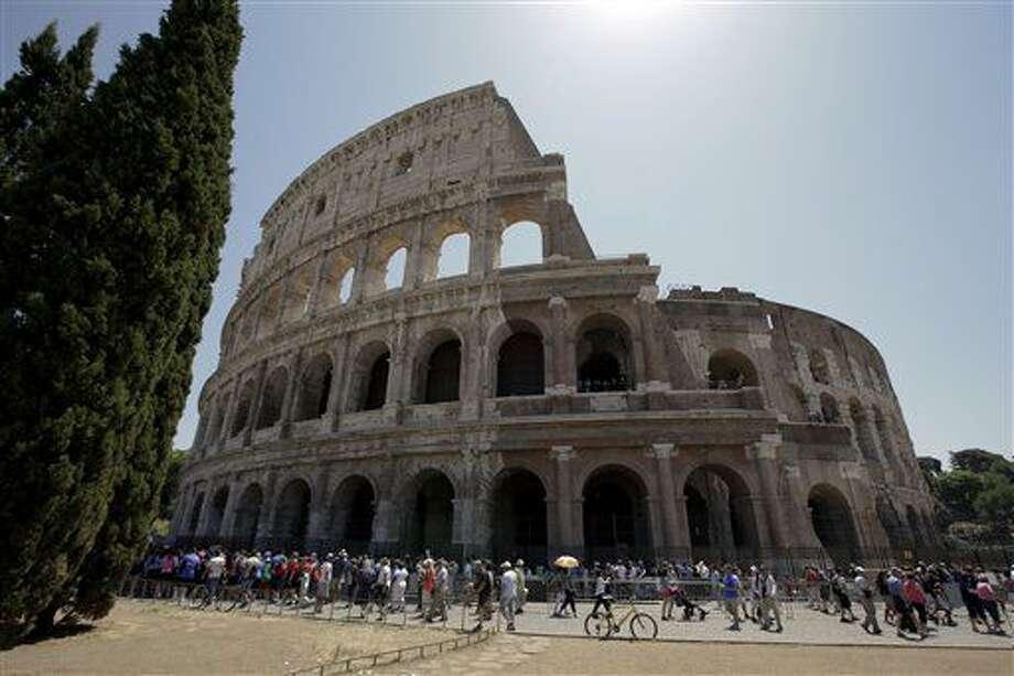El Coliseo tras el primer paso de su restauración, el viernes 1 de julio del 2016 en Roma. (AP Foto/Andrew Medichini) Photo: Andrew Medichini