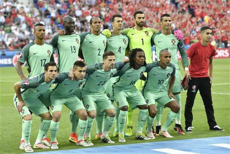 Los jugadores de Portugal posan antes de la semifinal de la Eurocopa contra Gales en Lyon, Francia, el miércoles 6 de julio de 2016. (AP Foto/Martin Meissner) Photo: Martin Meissner
