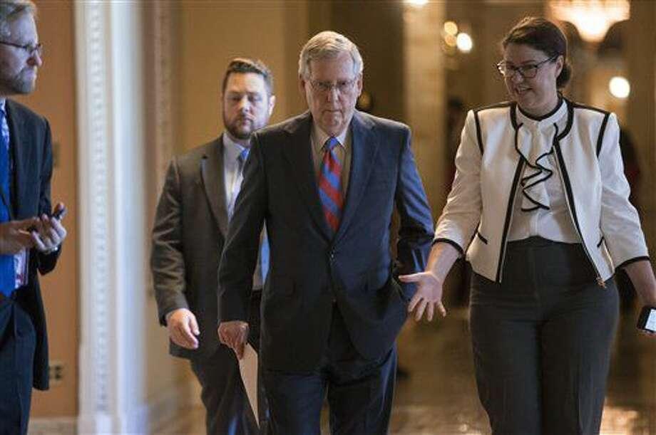 El líder de la mayoría republicana en el Senado, Mitch McConnell, camina hacia el recinto de la cámara alta en el Congreso en Washington el 29 de junio del 2016, en medio del debate sobre la deuda de Puerto Rico. (AP Photo/J. Scott Applewhite) Photo: J. Scott Applewhite
