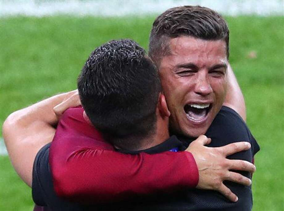 El jugador de Portugal, Cristiano Ronaldo, derecha, llora mientras festeja el triunfo 1-0 sobre Francia en la final de la Eurocopa el domingo, 10 de julio de 2016, en Saint-Denis, Francia. (AP Photo/Thibault Camus) Photo: Thibault Camus