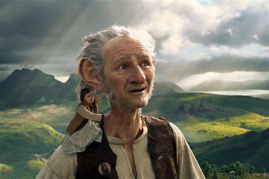 "Ruby Barnhill y el Gran Gigante Bonachón (Big Friendly Giant) del país de los gigantes, con la voz de Mark Rylance, en una escena de ""The BFG"" en una imagen proporcionada por Disney. ""The Legend of Tarzan"" y ""The BFG"" fueron superadas en taquilla por ""Finding Dory"" durante el fin de semana largo por el Día de la Independencia. (Disney via AP, archivo) Photo: Uncredited"