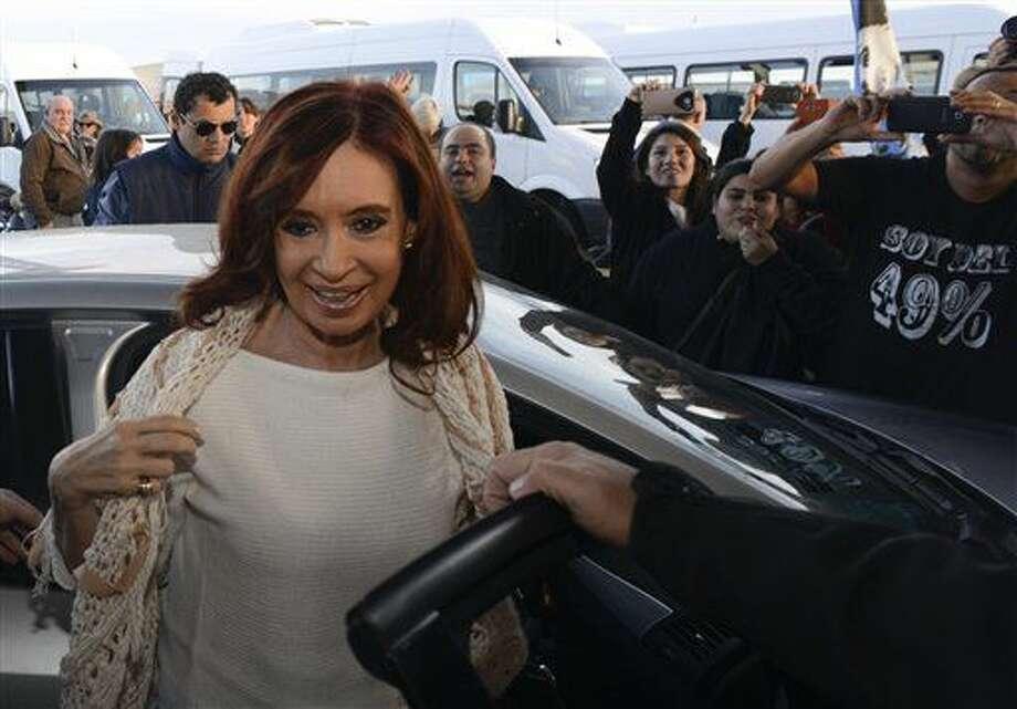 ARCHIVO - En esta fotografía del 11 de abril de 2016 la expresidenta argentina Cristina Fernández llega al aeropuerto de El Calafate. Fernández recurrió el viernes 1 de julio de 2016 a las redes sociales para defenderse de las causas que se acumulan en su contra por corrupción y atacar a la justicia, mientras una encuesta reveló que la mayoría de los argentinos dan por ciertas las acusaciones. (AP Foto/Francisco Muñoz, archivo) Photo: Francisco Munoz