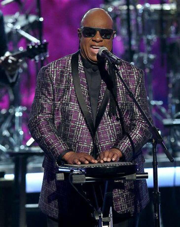 """ARCHIVO - Fotografía de archivo del 26 de junio de 2016 muestra al músico, compositor y cantante Stevie Wonder interpretando la canción """"Take Me With U"""" durante un tributo a Prince en los Premios BET, en el Microsoft Theater, en Los Ángeles. (Fotografía de Matt Sayles/Invision/AP, archivo) Photo: Matt Sayles"""