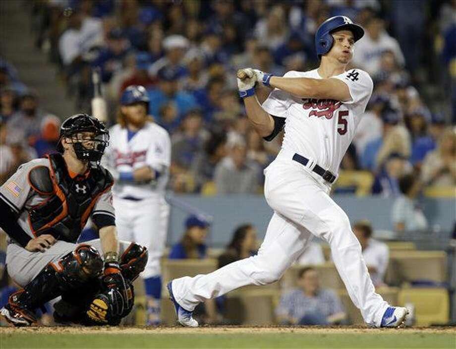 Corey Seager de los Dodgers de Los Angeles, conecta un triple ante la mirada del receptor de los Orioles de Baltimore, Matt Wieters, durante la séptima entrada del juego del lunes 4 de julio de 2016 en Los Angeles. (AP Foto/Alex Gallardo) Photo: Alex Gallardo