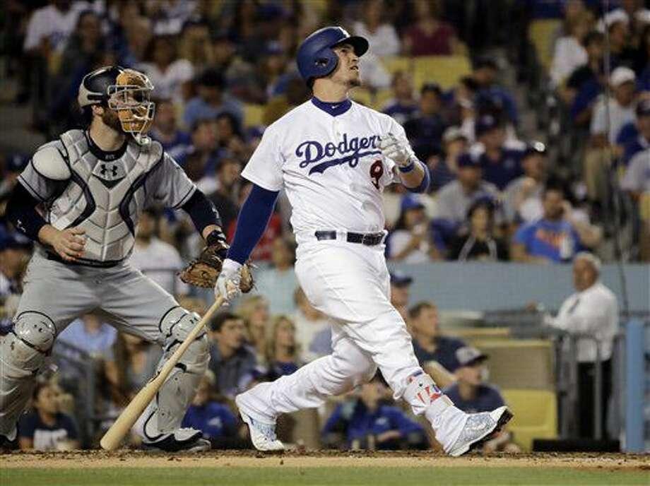 El jugador de los Dodgers de Los Ángeles Yasmani Grandal mira tras pegar un jonrón de tres carreras en el tercer inning de su juego de béisbol contra los Padres de San Diego, el viernes 8 de julio de 2016, en Los Ángeles. (AP Foto/Jae C. Hong) Photo: Jae C. Hong