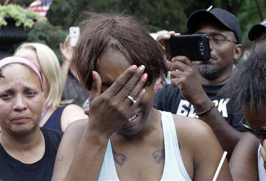 Diamond Reynolds, novia de Philando Castile, de St. Paul, llora ante la residencia del gobernador en St. Paul, Minnesota, el jueves 7 de julio de 2016. Castile murió abatido por un policía durante una parada de tráfico en Falcon Heights el miércoles por la noche. Un video grabado por Reynolds después del tiroteo se hizo viral. (AP Foto/Jim Mone) Photo: Jim Mone