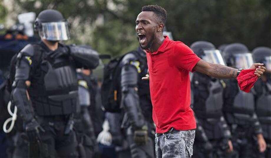 Un manifestante grita frente a la policía frente al departamento de policía de Baton Rouge, Louisiana, 9 de julio de 2016. (AP Foto/Max Becherer) Photo: Max Becherer