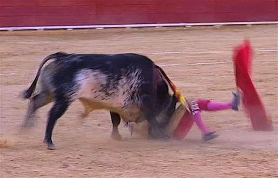 Esta imagen tomada de Castilla La Mancha TV muestra al matador Víctor Barrio al ser corneado por un toro en la plaza de Teruel, 9 de julio de 2016. Barrio, de 29 años, es el primer torero muerto en la arena en más de 30 años. (Castilla La Mancha TV via AP) Photo: Uncredited