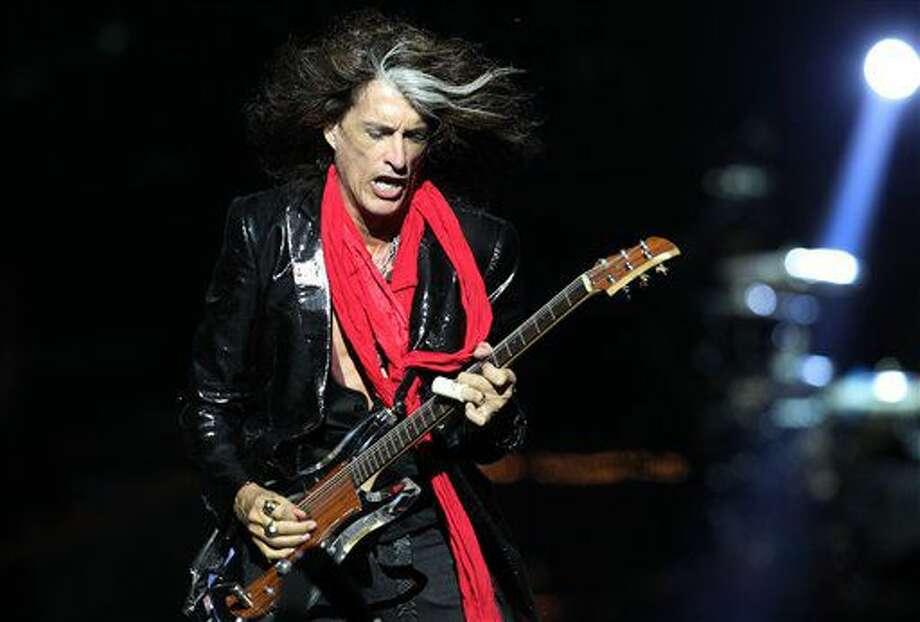 En esta fotografía de archivo del 25 de mayo de 2013, el guitarrista de Aerosmith Joe Perry toca durante una presentación en Singapur, en el concierto inaugural de los Social Star Awards. (Foto AP/Wong Maye-E, Archivo) Photo: Wong Maye-E