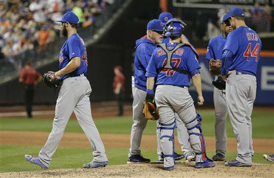 el abridor Jake Arrieta, izquierda, de los Cachorros de Chicago, baja del montículo tras ser relevado en el sexto inning del duelo ante los Mets de Nueva York, el sábado 2 de julio de 2016, en Nueva York. (AP Foto/Julie Jacobson) Photo: Julie Jacobson