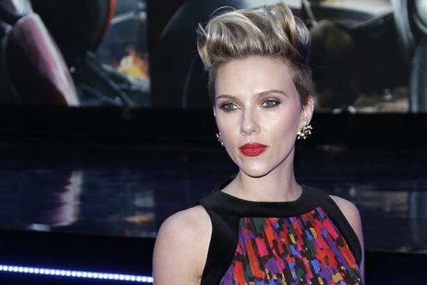 """En esta foto del 21 de abril del 2015, Scarlett Johansson posa al llegar a la premiere de """"The Avengers Age of Ultron"""" en Londres. Box Office Mojo coron'o a Johansson como la actriz más lucrativa de Hollywood en una lista actualizada el 29 de junio del 2016. (Foto por Joel Ryan/Invision/AP, Archivo)"""