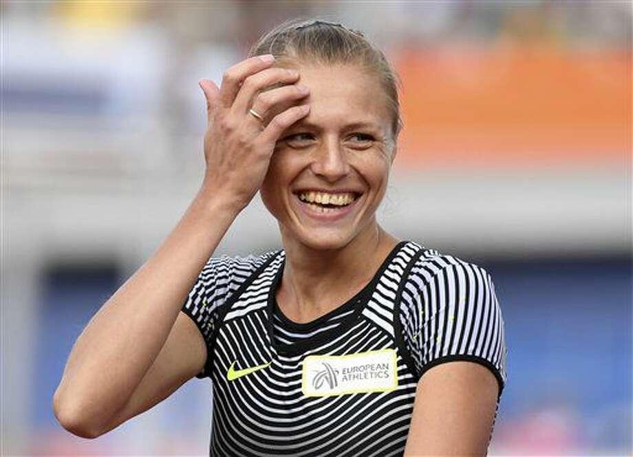 La deportista rusa Yuliya Stepanova que compite bajo bandera neutral tras verse involucrada en un escándalo de dopaje, sonríe antes de participar en una carrera eliminatoria de 800 metros durante el Campeonato de Atletismo en Amsterdam, Holanda, el miércoles 6 de julio de 2016. (AP Fto/Geert Vanden Wijngaert) Photo: Geert Vanden Wijngaert