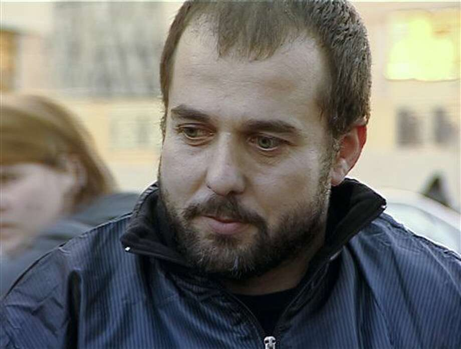 Imagen tomada de un video de la televisora georgiana Rustavi2 fechado en 2012, en la que aparece Akhmed Chatayev mientras habla con los medios de comunicación en Tiflis, Georgia. Chatayev, un extremista checheno, fue identificado como el autor intelectual del triple atentado suicida en el aeropuerto de Estambul, Turquía, que mató a por lo menos 44 personas, según el congresista de Estados Unidos Michael McCaul. Se desconoce el paradero de Chatayev. (Rustavi2, AP video vía AP) Photo: Rustavi2