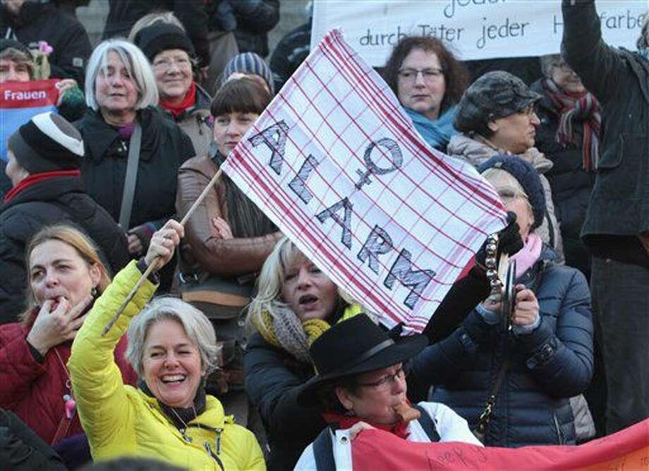 """ARCHIVO - En esta foto de archivo del 9 de junio de 2016, mujeres se manifiestan contra el racismo y el sexissmo en Colonia, Alemania, tras una ola de ataques sexuales durante el Añ Nuevo. El parlamento alemán aprobó una ley el jueves 7 de julio de 2016 que facilita a las víctimas de delitos sexuales presentar denuncias penales si rechazaron las insinuaciones del agresor con un claro """"no"""". (AP Foto/Juergen Schwarz, file) Photo: Juergen Schwarz"""