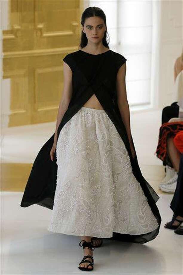 Una modelo luce una creación de la colección de Alta Costura de Christian Dior otoño invierno 2016-2017 presentada el lunes 4 de julio de 2016 en Paris. (Foto AP/Francois Mori) Photo: Uncredited