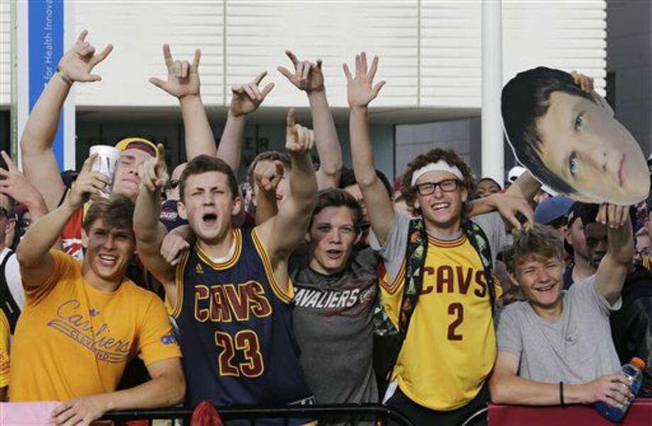 Foto de archivo del 22 de junio de 2016 de fanáticos de los Cavaliers festejando el título de la NBA en Cleveland. (AP Photo/Tony Dejak, File) Photo: Tony Dejak