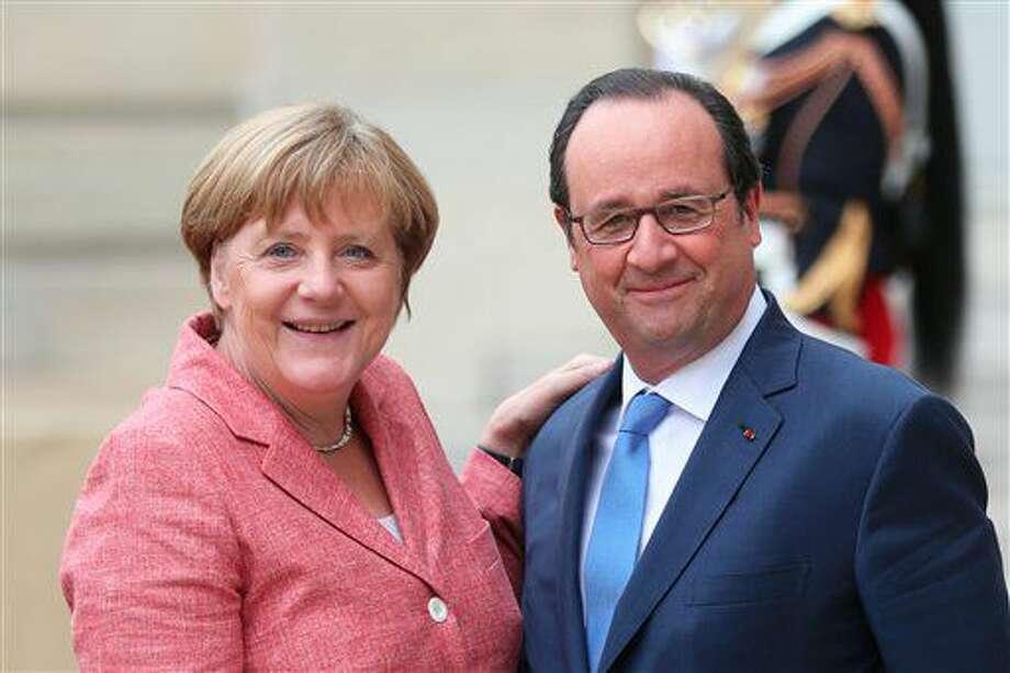 El presidente francés Francois Hollande posa con la canciller alemana Angela Merkel antes de la Cumbre de los Balcanes, en el Palacio del Elíseo, el lunes 4 de julio de 2016, en París. Los líderes de Francia y Alemania aseguraron el lunes a los potenciales miembros de la Unión Europea en los Balcanes que la votación en el Reino Unido para salir del bloque no amenaza la eventual ampliación del mismo. (AP Foto/Thibault Camus) Photo: Thibault Camus