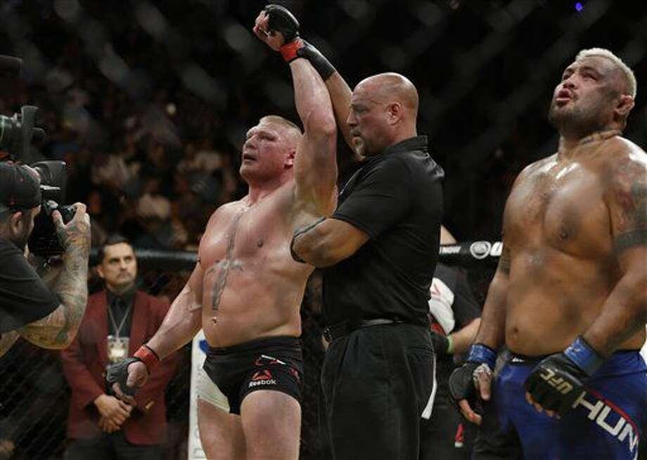 Brock Lesnar celebra su triunfo sobre Mark Hunt durante el combate de los pesos pesados de artes mixtas combinadas de la UFC 200, el 9 de julio de 2016, en Las Vegas. (AP Foto/John Locher) Photo: John Locher