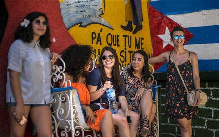 En esta foto del 12 de junio de 2016, la cubanoestadounidense Miranda Hernándezl, centro, habla con otros jóvenes en La Habana, Cuba. Hernández viajó a Cuba con CubaOne, un programa inspirado en el restablecimiento de las relaciones entre Estados Unidos y Cuba. (AP Foto/Ramon Espinosa) Photo: Ramon Espinosa