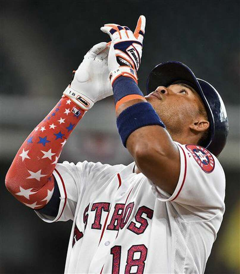 El venezolano Luis Valbuena, de los Astros de Houston, festeja luego de batear un sencillo en el cuarto inning del duelo contra los Marineros de Seattle, el lunes 4 de julio de 2016 (AP Foto/Eric Christian Smith) Photo: Eric Christian Smith