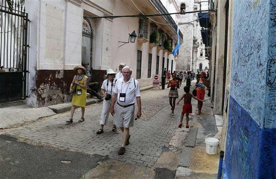 ARCHIVO - En esta fotografía del 24 de mayo de 2015 turistas de Estados Unidos caminan fuera de la Bodeguita del Medio frecuentada por el fallecido novelista estadounidense Ernest Hemingway en La Habana Vieja. Cuba anunció el jueves 7 de julio de 2016 que el número de viajeros estadounidenses a la isla creció 83,9% en la primera mitad del año. (AP Foto/Desmond Boylan Archivo) Photo: Desmond Boylan