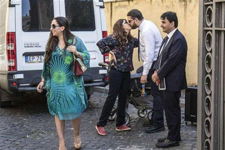 La experta en relaciones públicas Francesca Chaouqui, segunda por la izquierda, besa a su marido, Corrado Lanino, a su llegada al Vaticano para su juicio, el martes 5 de julio de 2016. (Giuseppe Lami/ANSA via AP Foto) Photo: Giuseppe Lami