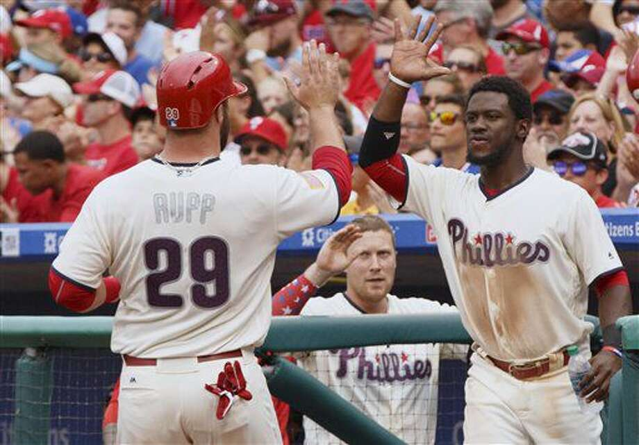 Cameron Rupp, de los Filis de Filadelfia, celebra con el venezolano Odúbel Herrera durante el encuentro disputado el lunes 4 de julio de 2016 ante los Bravos de Atlanta (AP Foto/Chris Szagola) Photo: Chris Szagola