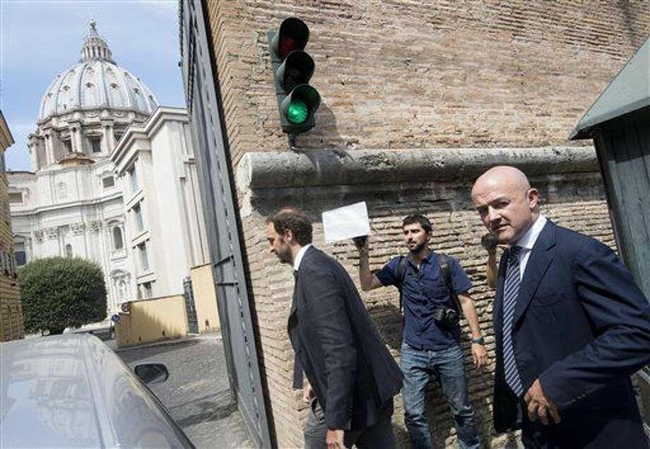 Los periodistas italianos Gianluigi Nuzzi, a la derecha, y Emiliano Fittipaldi, a la izquierda, llegan al tribunal para una audiencia en su juicio el 4 de julio del 2016. (Maurizio Brambatti/ANSA vía AP Foto) Photo: Maurizio Brambatti