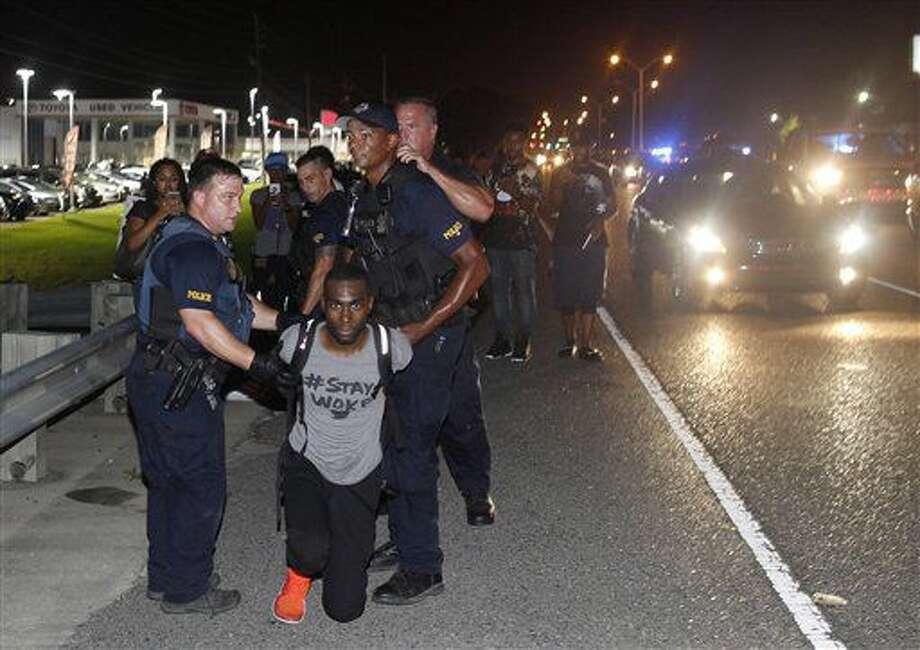 La policía detiene al activista DeRay McKesson durante una protesta en la autovía Airline, una carretera principal que pasa junto a la sede del Departamento de Policía de Baton Rouge, el 9 de julio de 2016, en Louisiana. (AP Foto/Max Becherer) Photo: Max Becherer